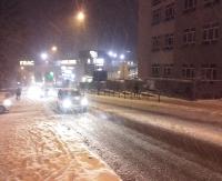 Kilkuminutowa, śnieżna nawałnica. Ślisko na drogach (ZDJĘCIA)