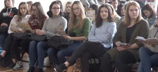 Zamiast towaru cegła. Spotkania profilaktyczne w szkołach średnich (VIDEO)