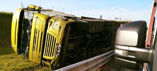 Wypadek na A4. Pijany kierowca tira przewrócił pojazd