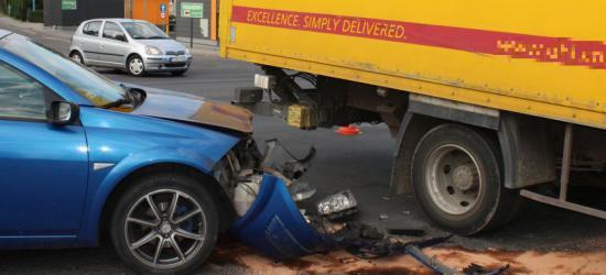 SANOK: Ciężarowy dostawczak masakruje przód osobówki (ZDJĘCIA)