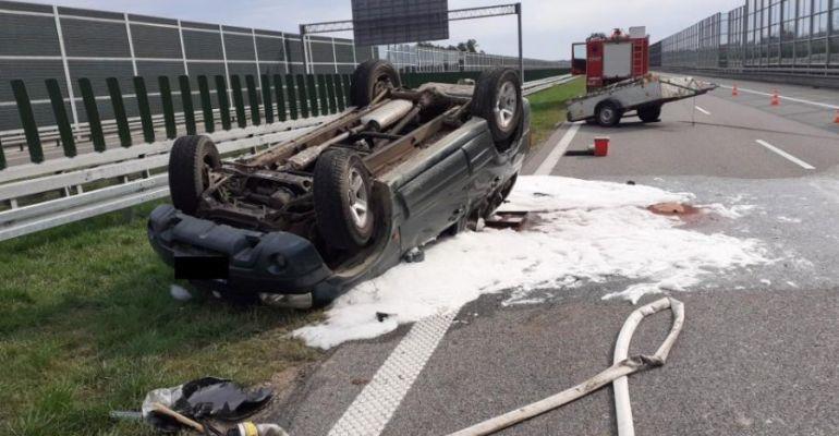 Wypadki na autostradzie. Suzuki dachowało, karetka na sygnale uderzyła w barierki (FOTO)