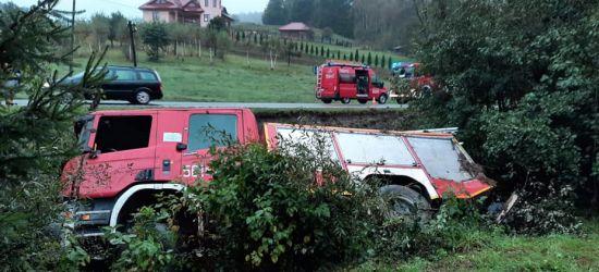 Wóz strażacki wypadł z drogi! Trzy osoby ranne (FOTO)