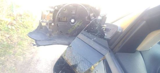 PISAROWCE: Zniszczone lusterko w audi. Sprawca odjechał (FOTO)