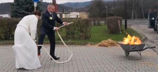 SANOK: Brama weselna strażaków OSP. ZOBACZ VIDEO!