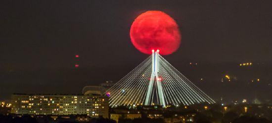 Efektowne zdjęcia wschodzącego księżyca! (FOTO)