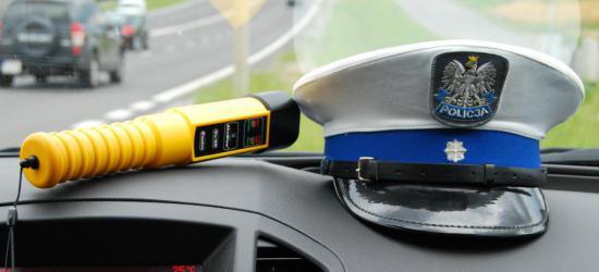 Policjanci sprawdzają stan autobusów i trzeźwość kierowców