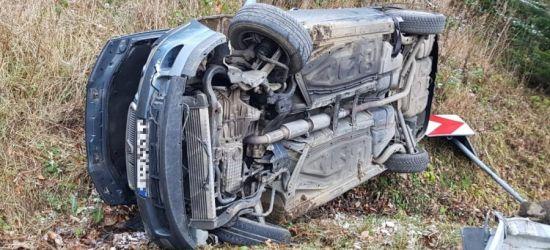Samochód wypadł z drogi na serpentynach. Kierowca pijany (FOTO)
