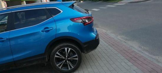 SANOK: Auto zaparkowane na chodniku. Pieszy upadł i rozbił laptopa (FOTO)