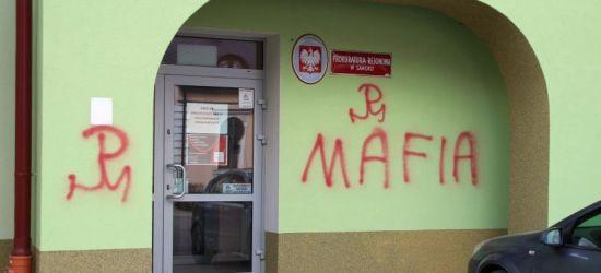 """SANOK: Chuligańskie napisy na budynku prokuratury. """"Treść to skandal"""" (ZDJĘCIA)"""