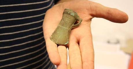 POSTOŁÓW: Znaleziono bezcenny skarb. Siekierka z brązu ma 3000 lat! (ZDJĘCIA)