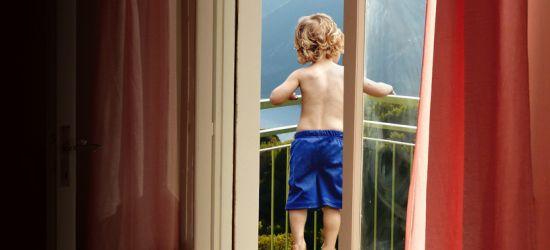 SANOK: 2-letni chłopczyk wypadł z balkonu na pierwszym piętrze