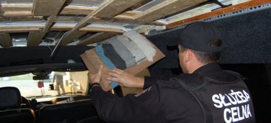 REGION: Chciał zarobić prawie 10 tysięcy. Ukrył bursztyn w dachu samochodu