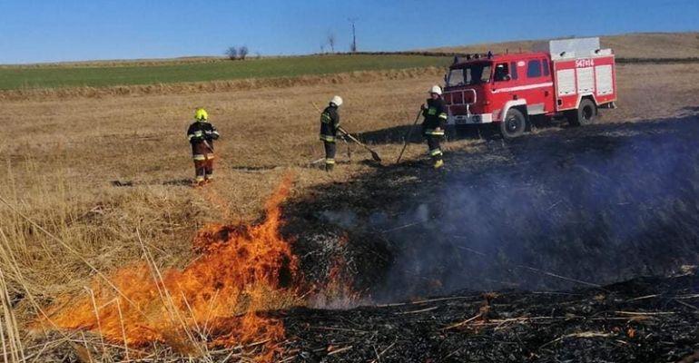 Kilkadziesiąt pożarów traw i nieużytków! Służby apelują o rozwagę (FOTO)