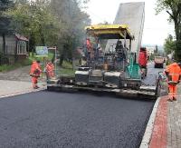 Rozpoczęto układanie ostatniej warstwy asfaltowego dywanika na Podgórzu (FILM, ZDJĘCIA)