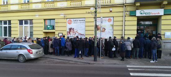100 osób w kolejkach. NIEOFICJALNIE: Można wypłacać do 40 tys. zł (VIDEO, ZDJĘCIA)
