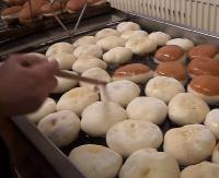 TŁUSTY CZWARTEK: Nawet ci na diecie dzisiaj jedzą pączki! Ponoć każdy przynosi szczęście (VIDEO)