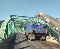 """BIESZCZADY: Korek na moście w Huzelach. """"Kto prowadzi remonty o takiej porze?!"""" (ZDJĘCIA)"""