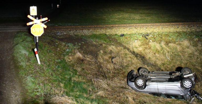 PODKARPACIE. Pociąg zderzył się z samochodem. Zablokowane koło (ZDJĘCIA)