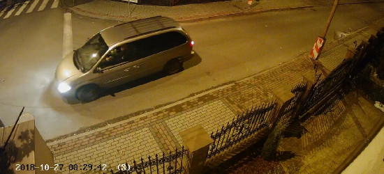 SANOK: Czy kierowca chryslera zniszczył banery wyborcze? (VIDEO Z MONITORINGU)
