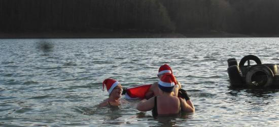Kąpiel morsów w Jeziorze Solińskim. W styczniu Światowy Zlot Morsów (ZDJĘCIA)
