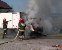 Dym spod maski i swąd spalenizny. Ogień częściowo strawił samochód