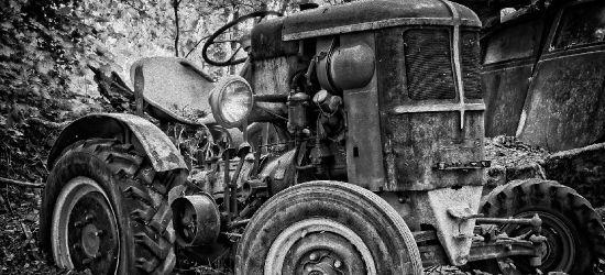 REGION. Traktor wjechał do rowu i przygniótł kierowcę. 43-latek nie żyje