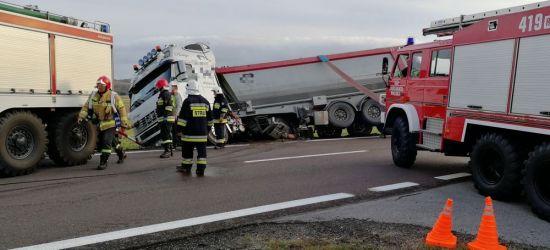 """Kierujący ciężarówką wjechał do rowu. Utrudnienia na """"19"""" (FOTO)"""