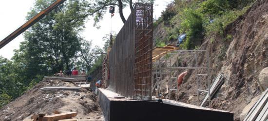 SANOK: Skarpa coraz bardziej bezpieczna. Rośnie mur oporowy (ZDJĘCIA)