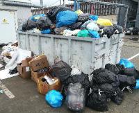 """AKTUALIZACJA INTERWENCJA: Hałdy śmieci w kontenerach za marketem. """"Wygląda to strasznie, tylko czekać, aż pojawią się tam szczury"""" (ZDJĘCIA)"""