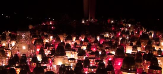 DZIEŃ WSZYSTKICH ŚWIĘTYCH: Kolorowa łuna rozświetliła sanockie cmentarze (FILM)