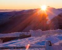 Widok na zmrożone góry w Bieszczadach o wschodzie słońca. Zobacz wspaniały pejzaż (ZDJĘCIA)