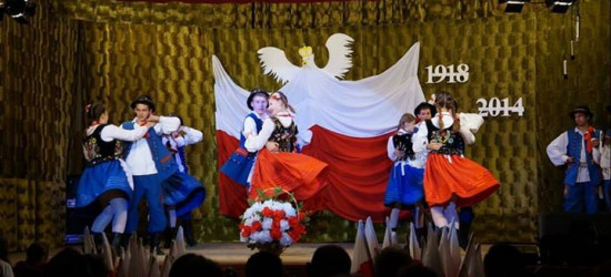 GMINA ZARSZYN: Theatrum Mundi w Nowosielcach. Wspólne, patriotyczne śpiewanie w Długiem