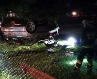 W Tarnawie Dolnej osobówka wypadła z drogi. Dwie osoby poszkodowane (ZDJĘCIA)