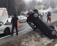 ZAGÓRZ: Niebezpiecznie na drodze w kierunku Leska. Auto wylądowało na dachu (ZDJĘCIA)