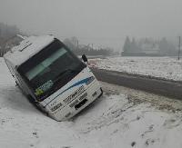 AKTUALIZACJA: Pasażerski bus wjechał do rowu i przewrócił się na bok. 6 osób w środku