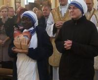 """""""Kalkuta jest wszędzie"""". Wprowadzenie relikwii św. Matki Teresy w Parafii na Posadzie (FILM, ZDJĘCIA)"""