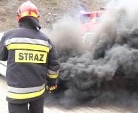 Pożar osobówki. W środku uwięziony kierowca (FILM)