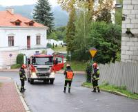 Akcja na cerkiewnej. Strażacy usuwali blisko 30-metrową oleistą plamę z jezdni (ZDJĘCIA)
