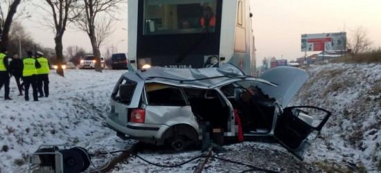 REGION: Tragedia na przejeździe kolejowym. Zginął 27-letni kierowca i 19-letnia pasażerka (ZDJĘCIA)