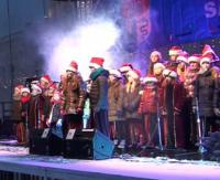 SANOK: Spotkanie Wigilijne na Rynku w przepięknej zimowej aurze. Na scenie Souliki i świąteczny recital Olgi Bończyk (FILM)