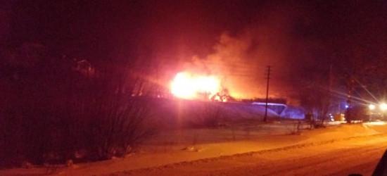 AKTUALIZACJA KOMAŃCZA: Pożar drewnianego domu. Akcję utrudniał porywisty wiatr (FOTO)